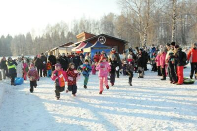 Yleisöryntäys Pro Tuomarinkylän Vaikuttavassa Talviriehassa: Tuomarinkylän suojellulle kartanoalueelle ei haluta kerrostalolähiötä