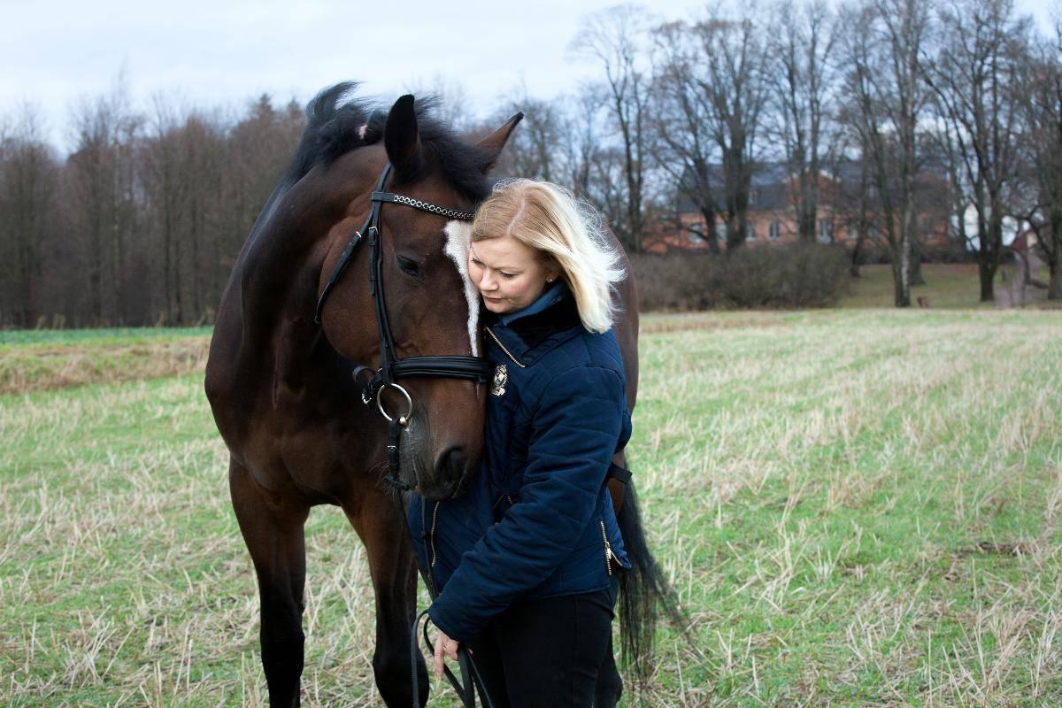 Anu lähikuvasa hevosensa kanssa.