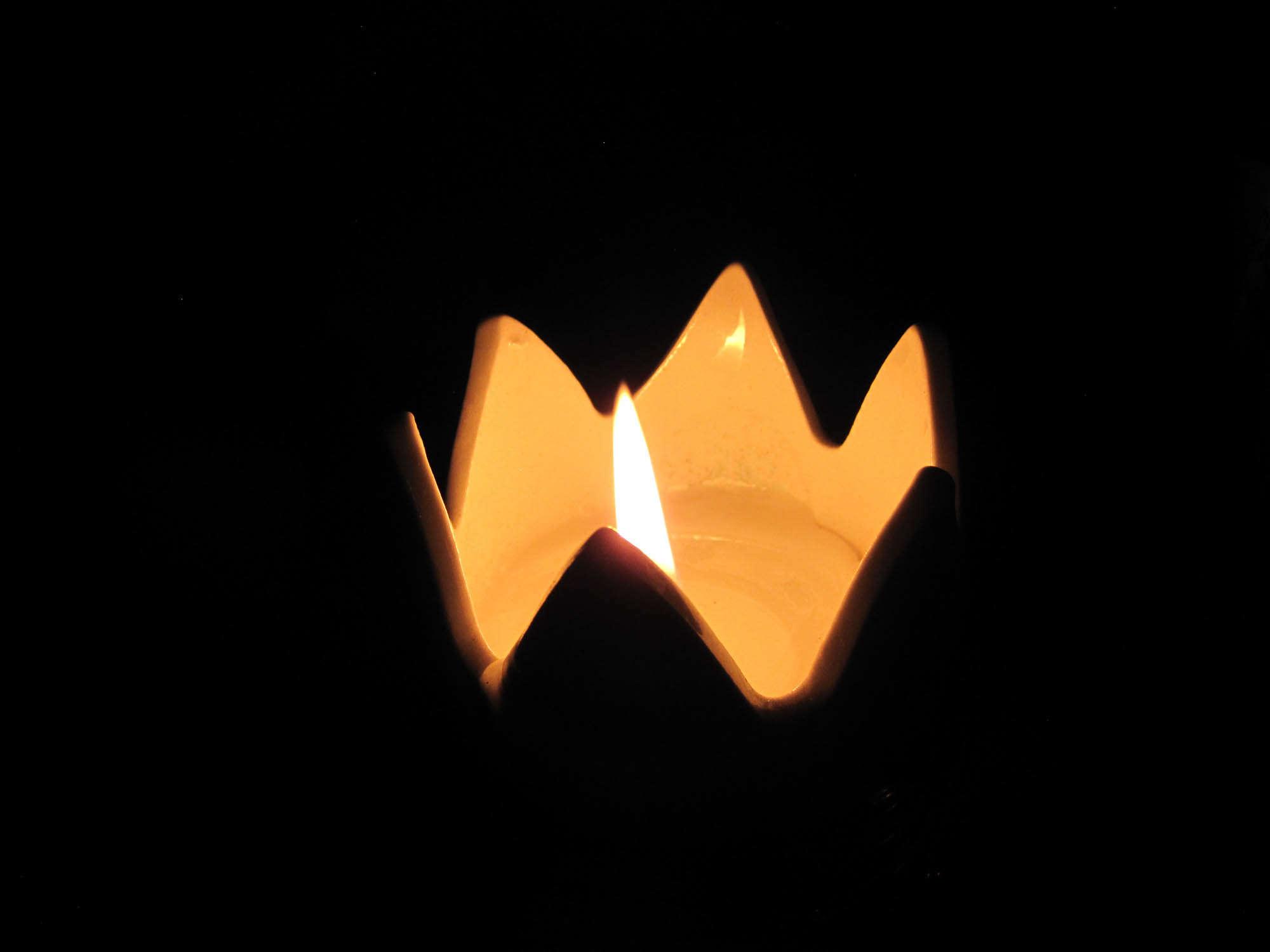Kynttilä, valoa pimeyteen.