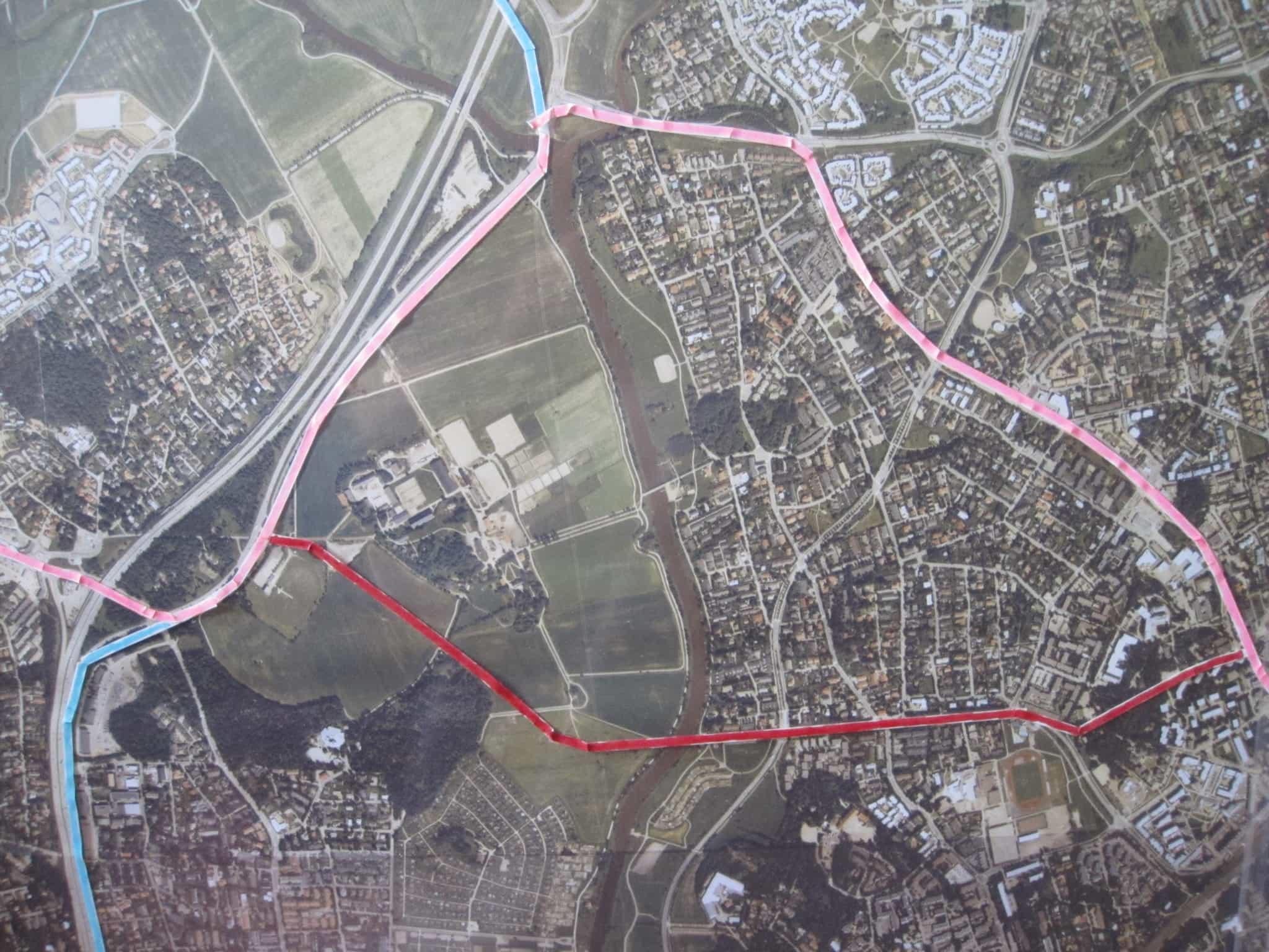 Jokeri 2 - yleiskaavan reitti punaisella ja Pro Tuomarinkylän reitti vaalean punaisella.
