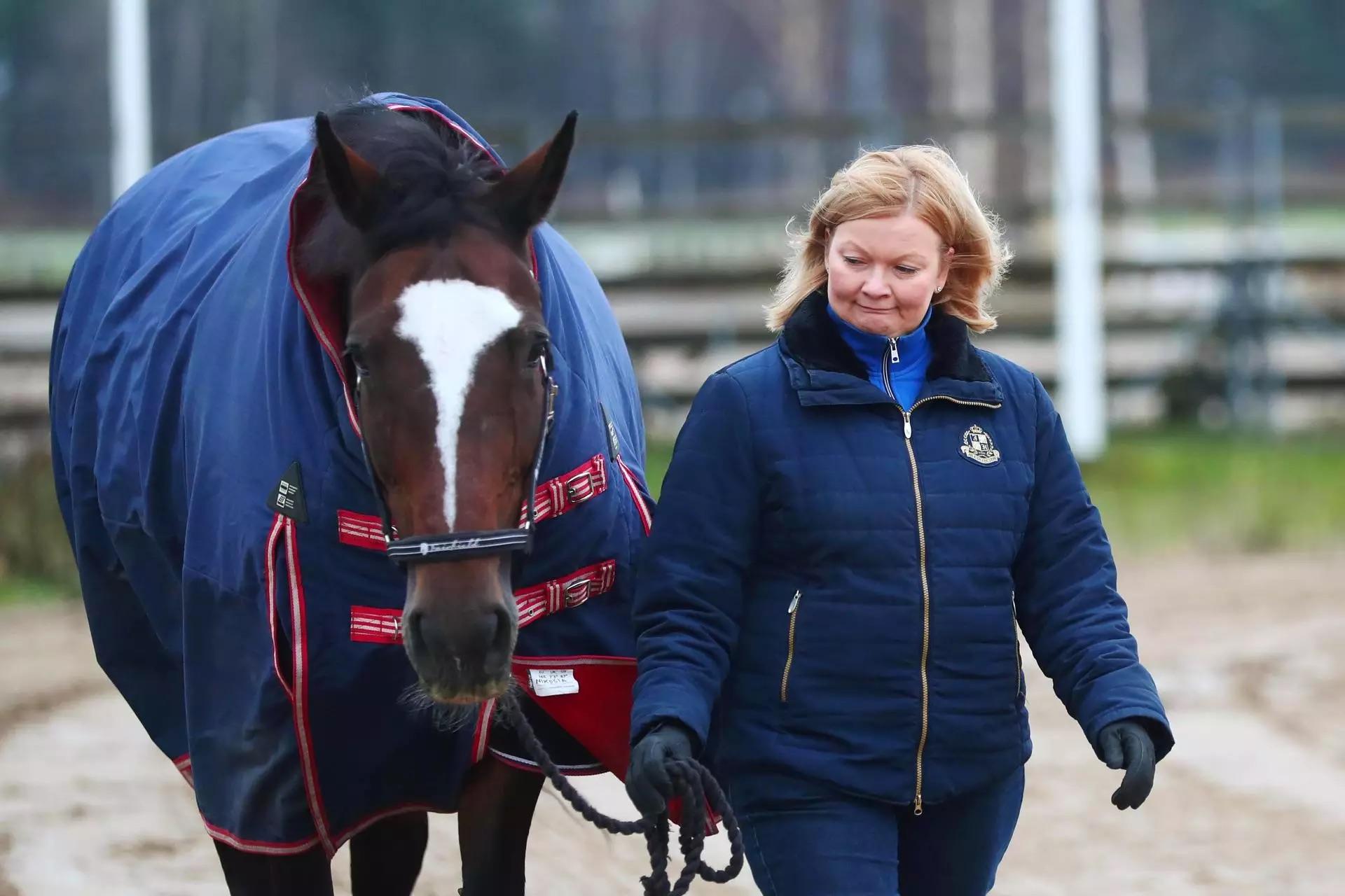 Kuva: Pro Tuomarinkylä -liikkeen puheenjohtaja Anu Heinonen johdatti Niosia-hevosta.(KUVA:SAMI KERO / HS)